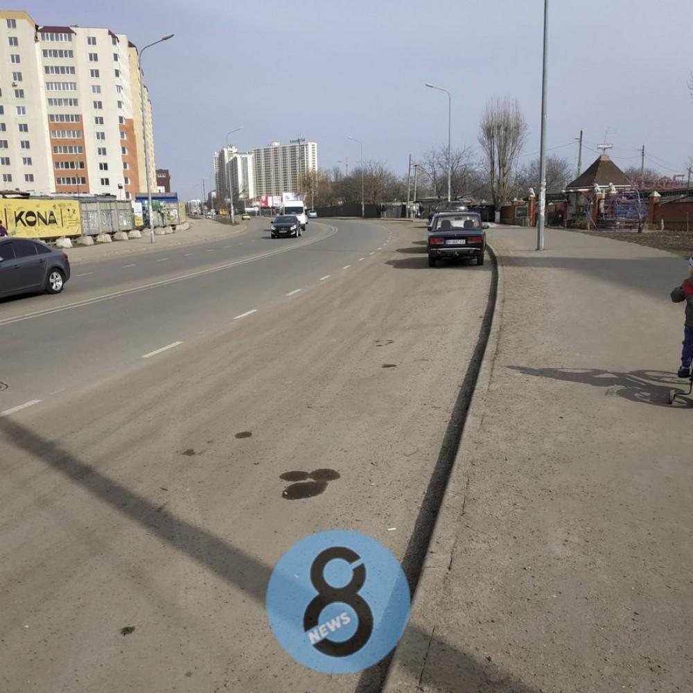 Коммунальщики хотят отказаться от песчано-соляной смеси // Ее остатки до сих пор не убрали с улиц