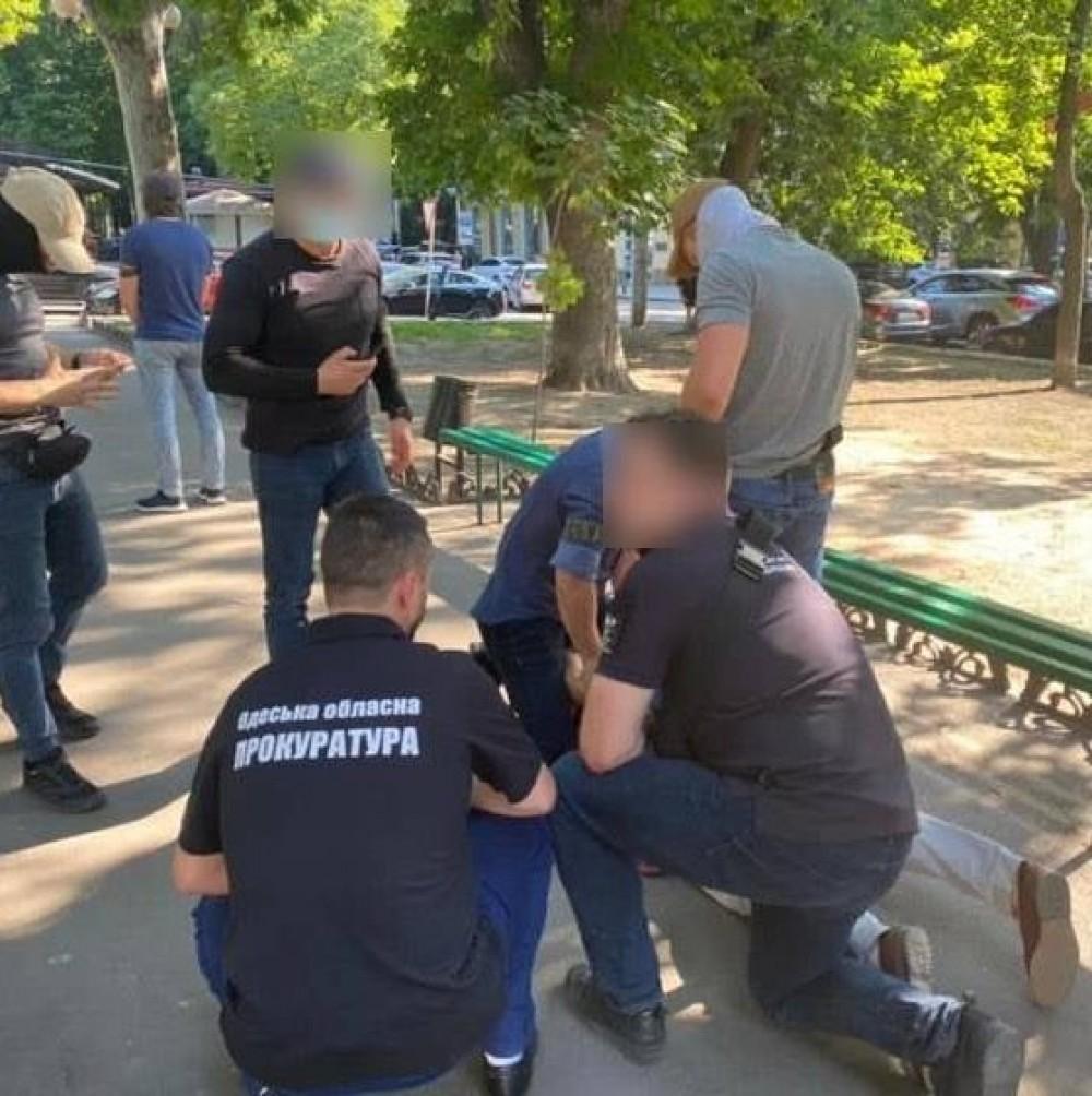 Требовал деньги за ускорение растаможки // Инспектор Одесской таможни погорел на взятке