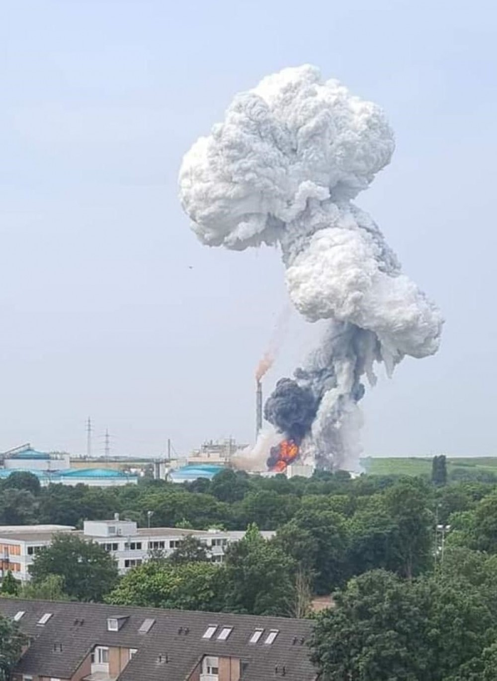 В Германии произошел мощный взрыв на заводе // Пострадали несколько человек