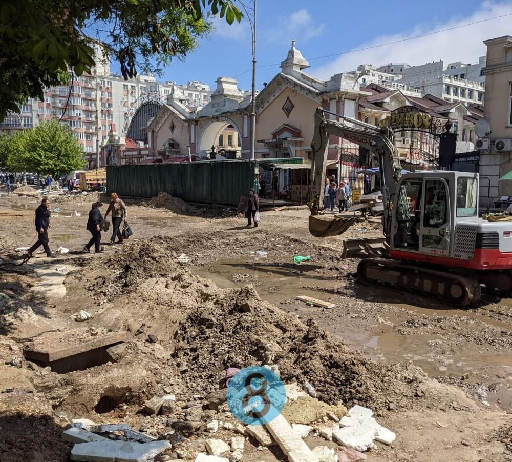 На Привозе уже второй день ликвидируют прорыв трубы