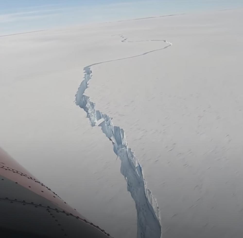 В Антарктиде от ледника откололся огромный айсберг