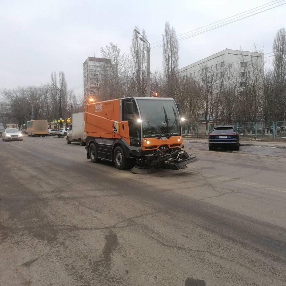Одесские коммунальщики начали очистку города от песчано-соляной смеси