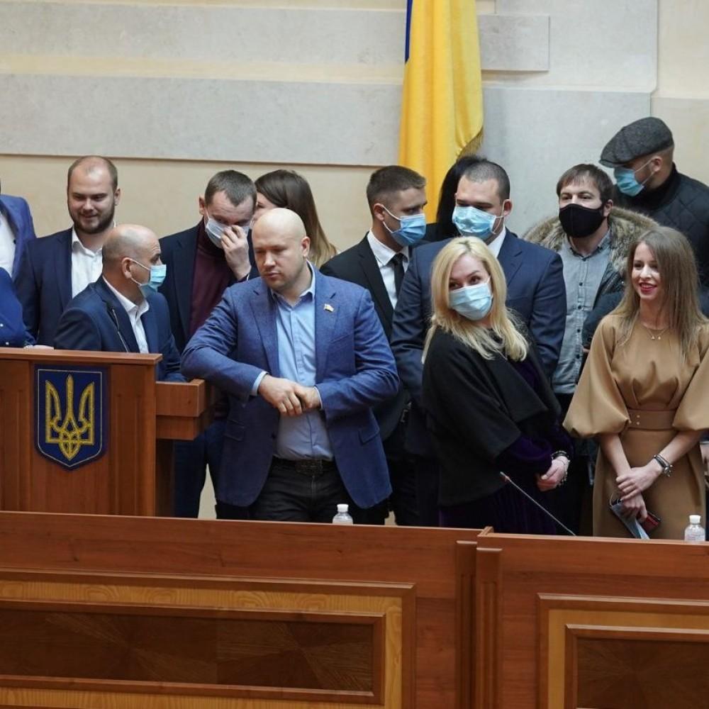 Первая сессия Одесского облсовета началась со скандала // Депутаты блокируют трибуну