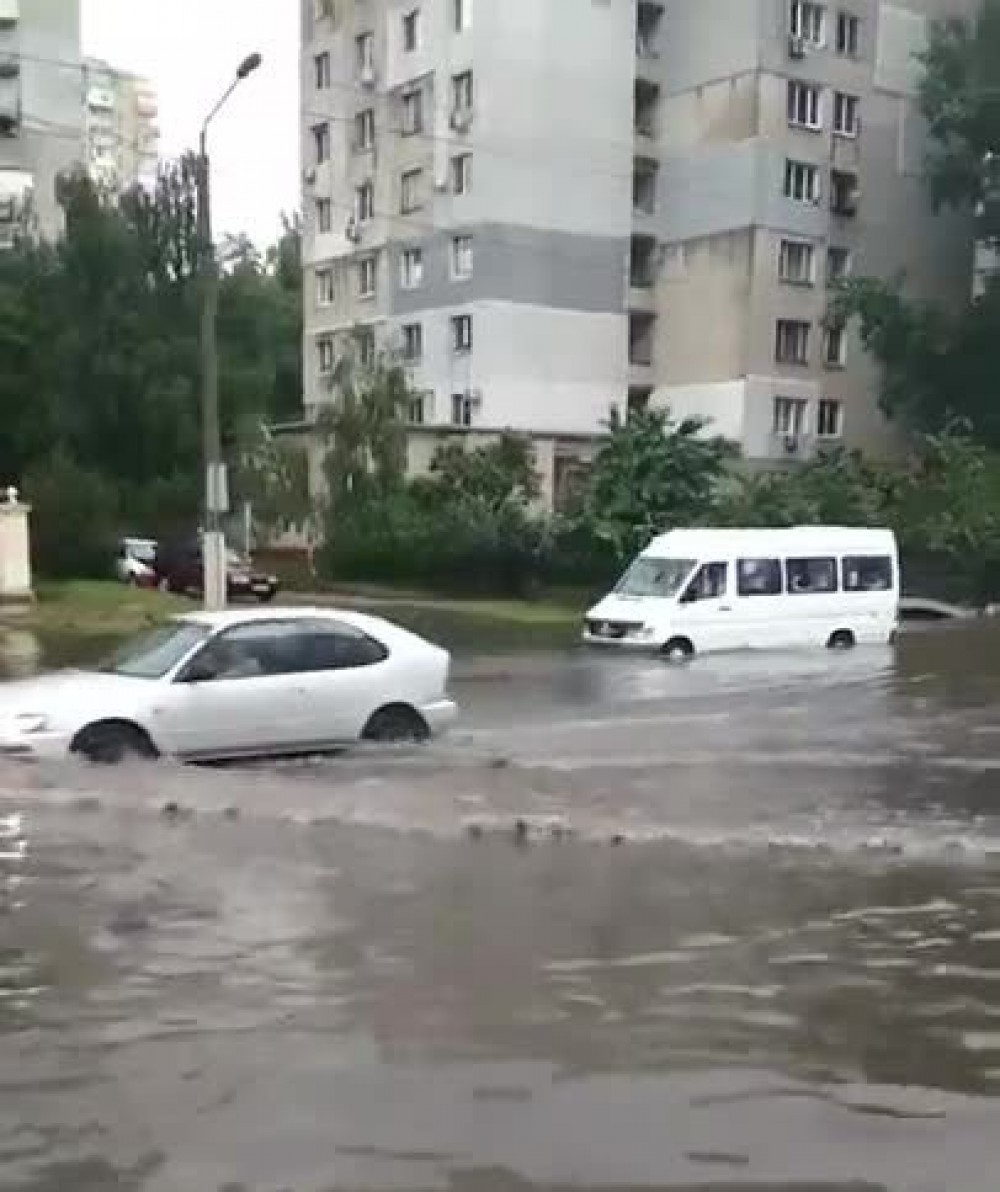 Ни пройти ни проехать // Одессу снова затопило