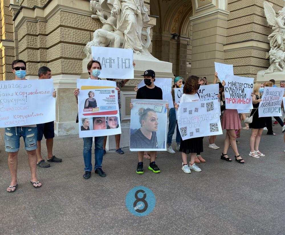 В Одессе прошла акция протеста в поддержку бывшего главрежа Оперного театра