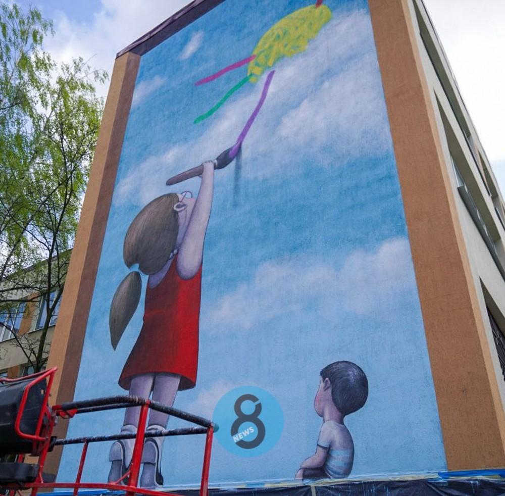 Известный французский стрит-арт художник завершает мурал на стене одесской школы