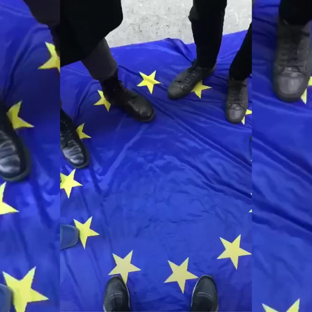 Подростки в Одессе сорвали и растоптали флаг ЕС