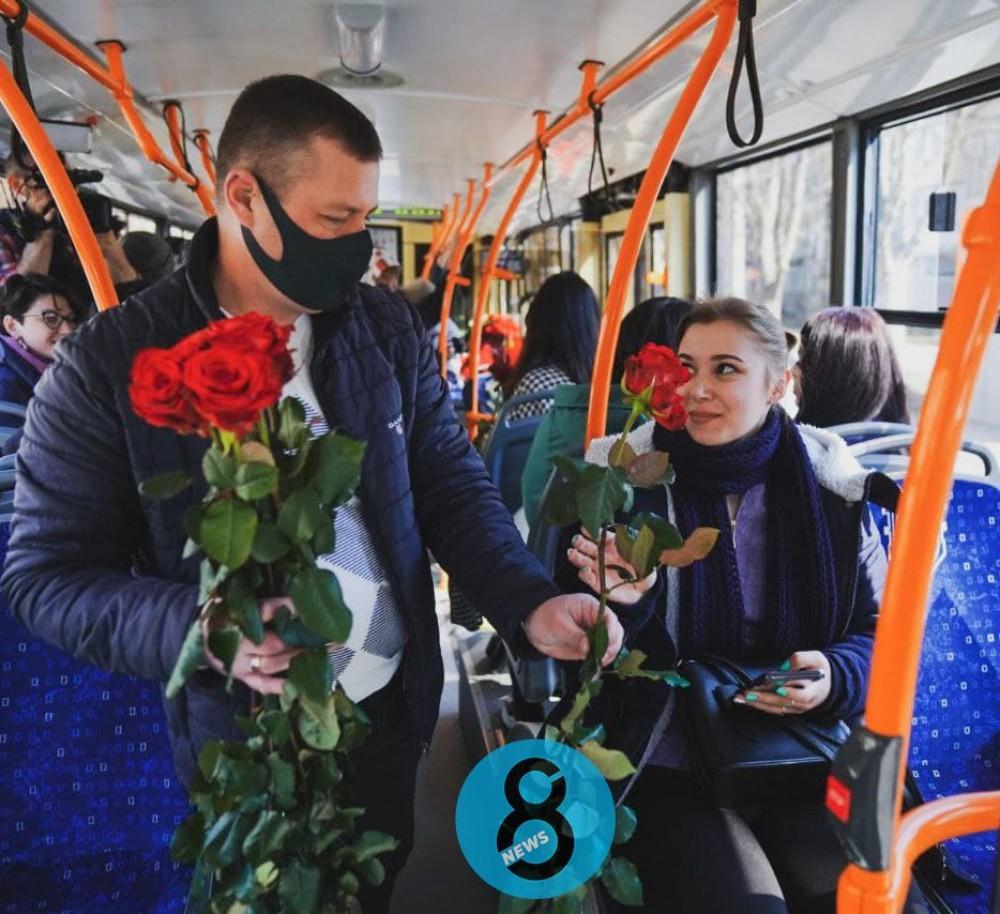 Бесплатный проезд в троллейбусе и цветы // Коммунальщики поздравили одесситок с 8 марта
