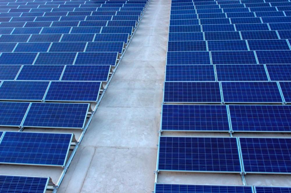 На киевской трассе установили солнечную электростанцию для освещения дороги