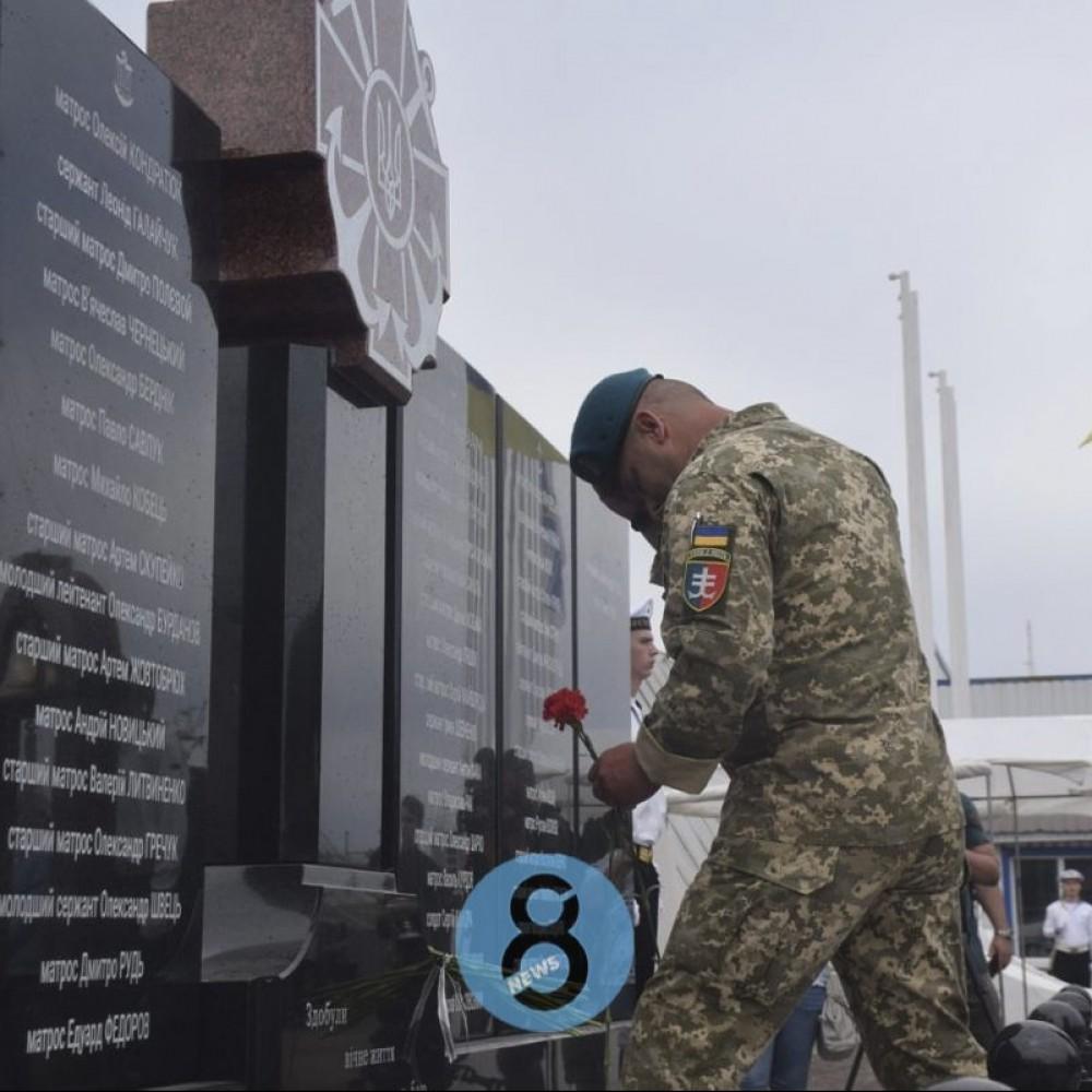 В честь погибших моряков // В Одесском порту открыли стелу памяти погибшим воинам
