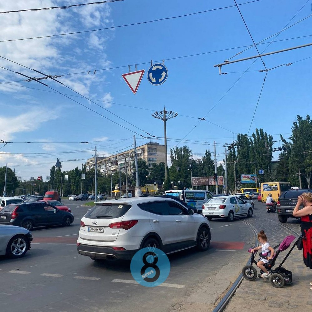 На площади Толбухина отменили круговое движение // Знаки забыли снять