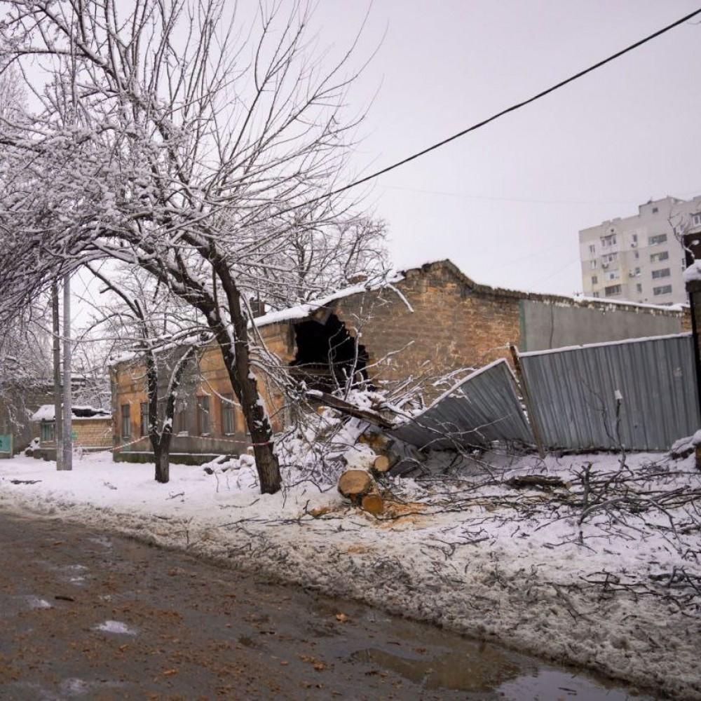 82-летняя старушка третьи сутки живёт в обрушенном стихией доме // Власти до сих пор не отреагировали
