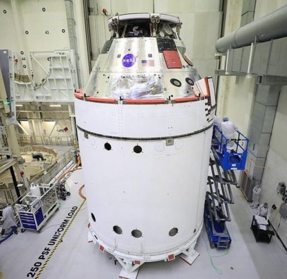 Илон Маск отправит людей на Луну  // SpaceX подписали контракт с NASA