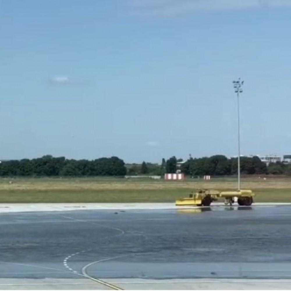 +1 озеро // В одесском аэропорту затопило перрон