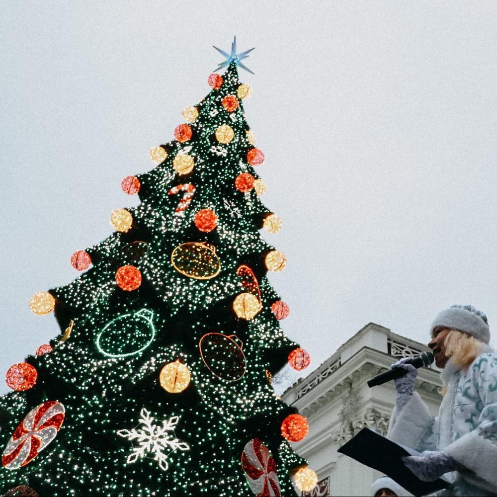 Скандал на открытии главной ёлки Одессы // Из колонок возле мэрии звучал блатной шансон