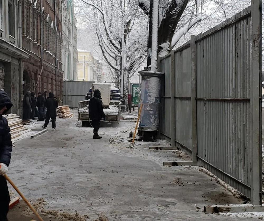 На Ришельевской возле здания типографии Фесенко появился строительный забор (обновлено)