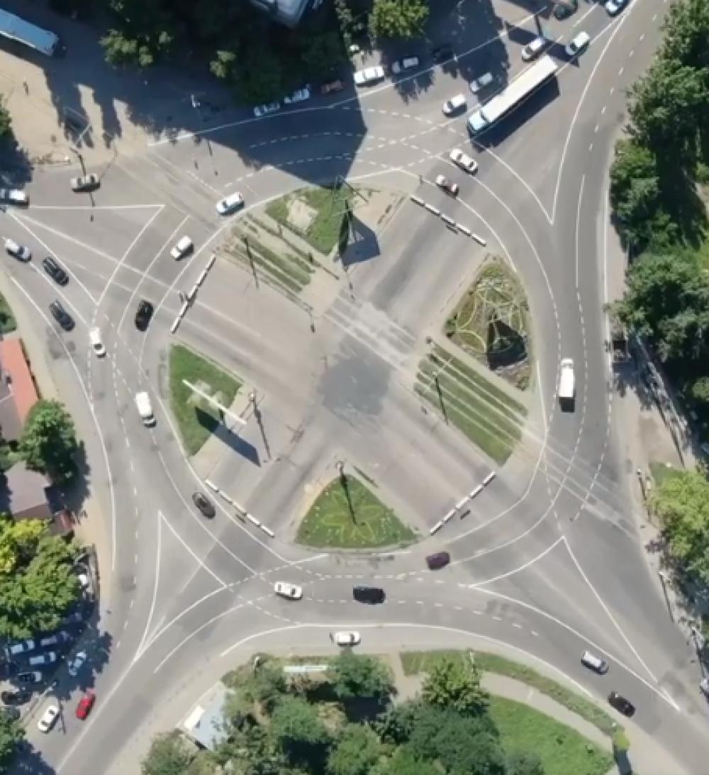 Как работает круговое движение на перекрестке Заболотного и Добровольского // Вид с коптера