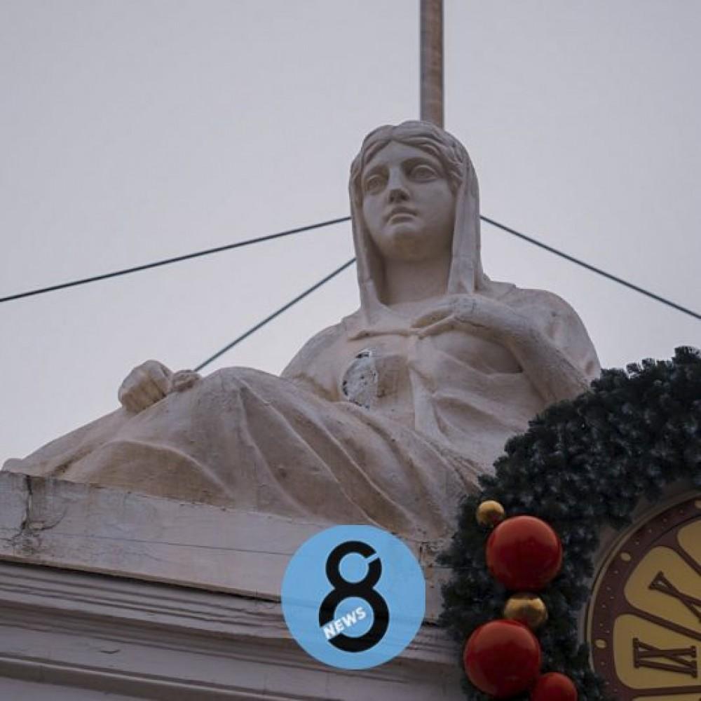 Разрушение второй раз за год // У скульптуры на здании мэрии отвалилась грудь
