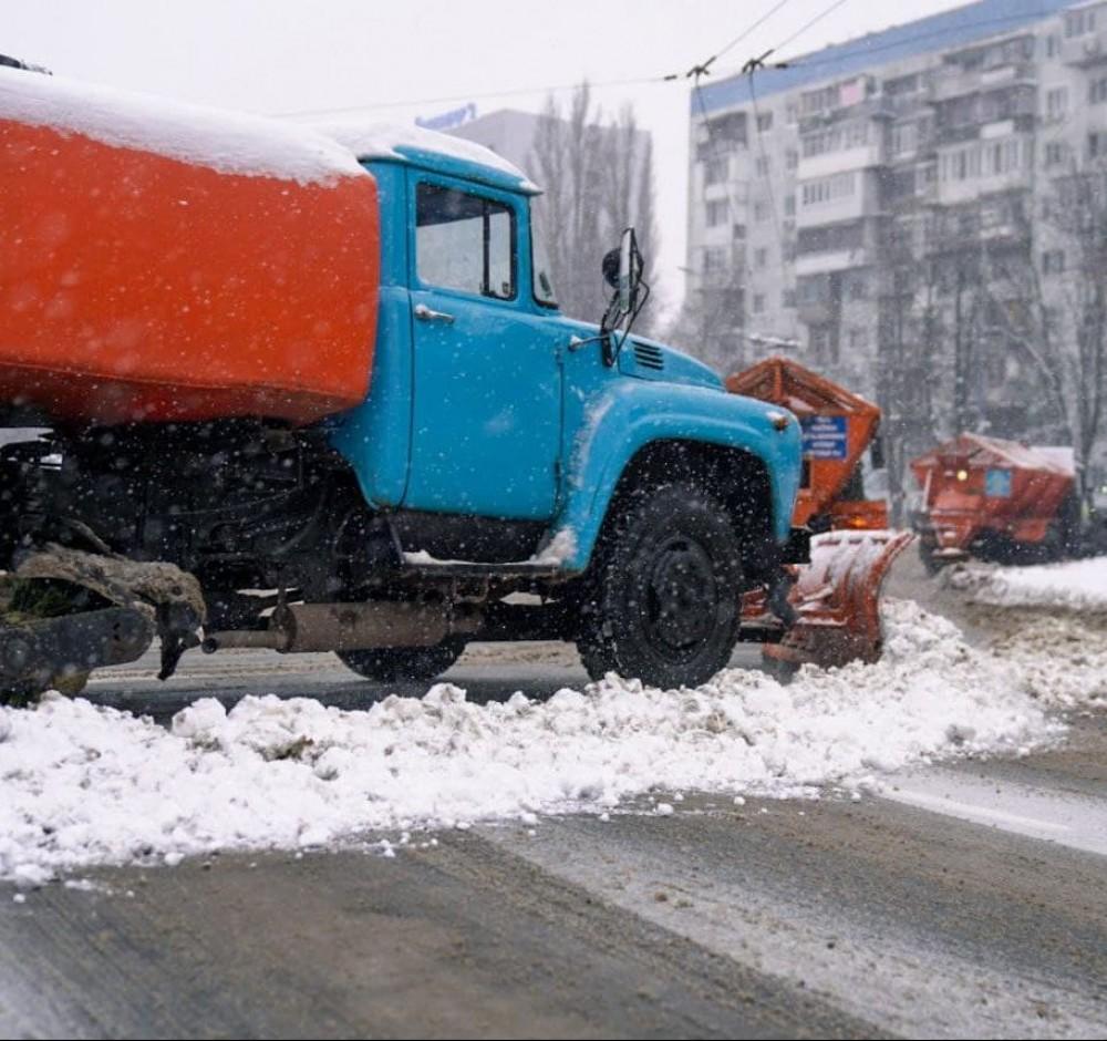 В Одессе выпал снег // Коммунальщики убирают дороги