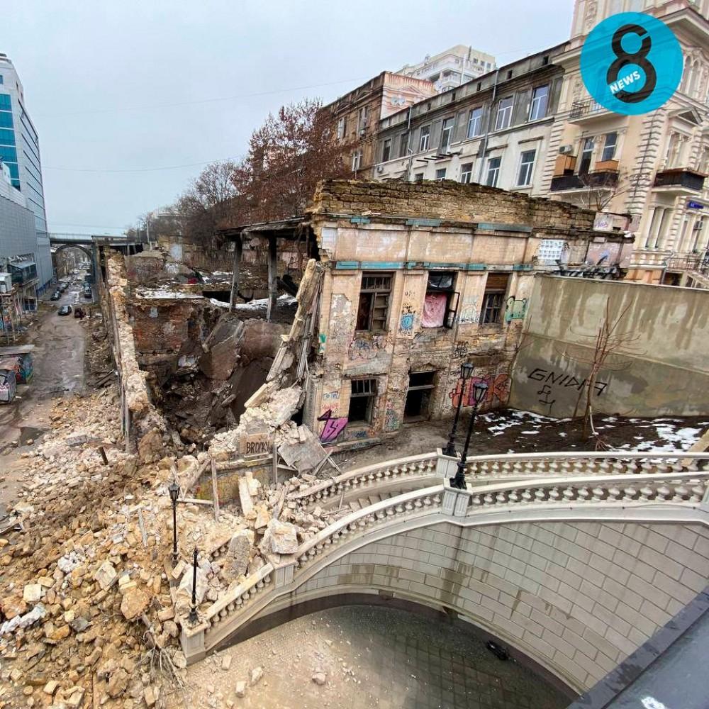 На Деволановском спуске обрушилась стена заброшенного завода (обновлено)