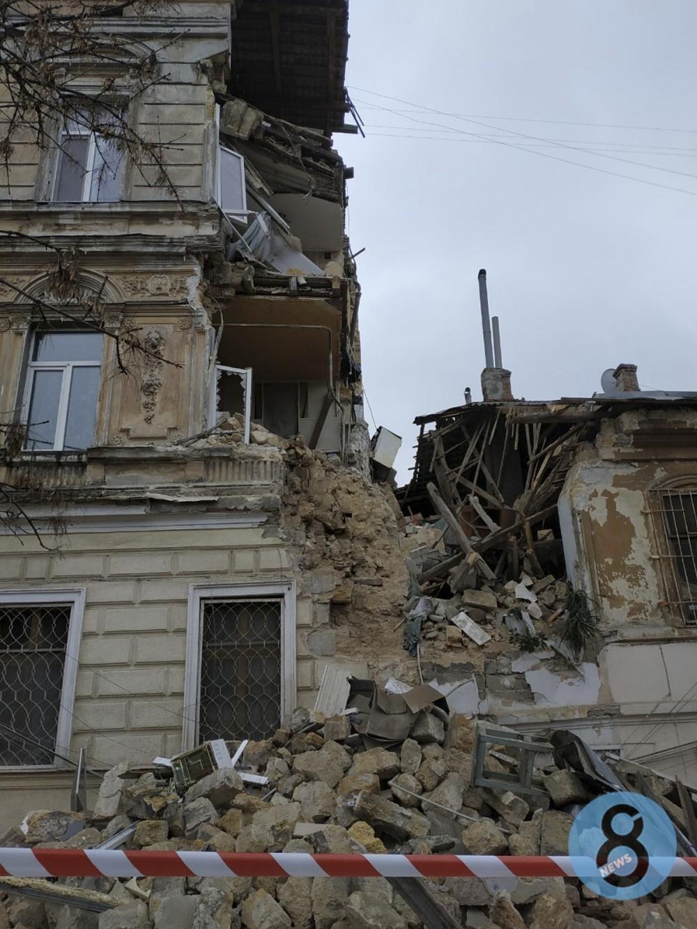 Очередное обрушение // На Нежинской, 16 рухнул памятник архитектуры