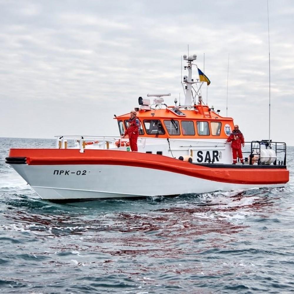 Спасатели доставили на берег 9 человек с дрейфующего в море катамарана