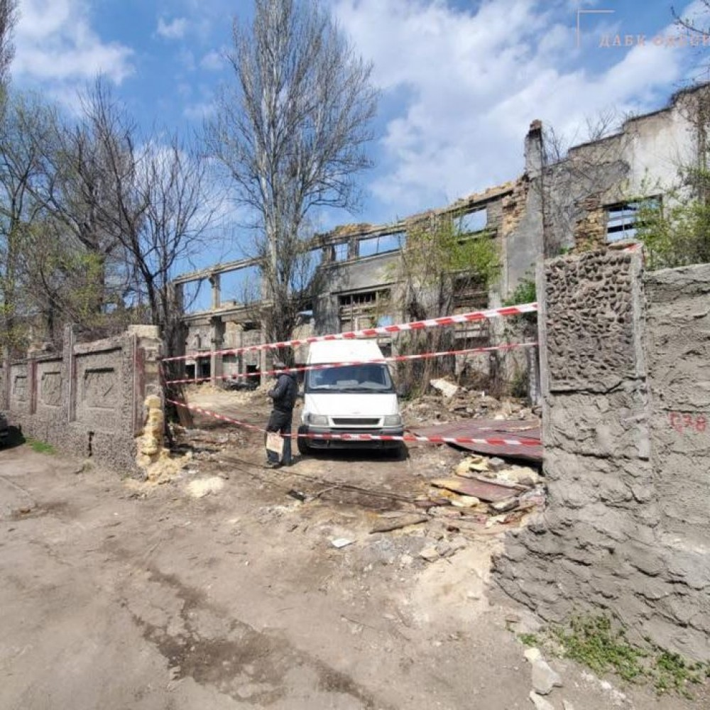 На Приморской разбирают развалины СРЗ // Городской ГАСК требует остановить работы