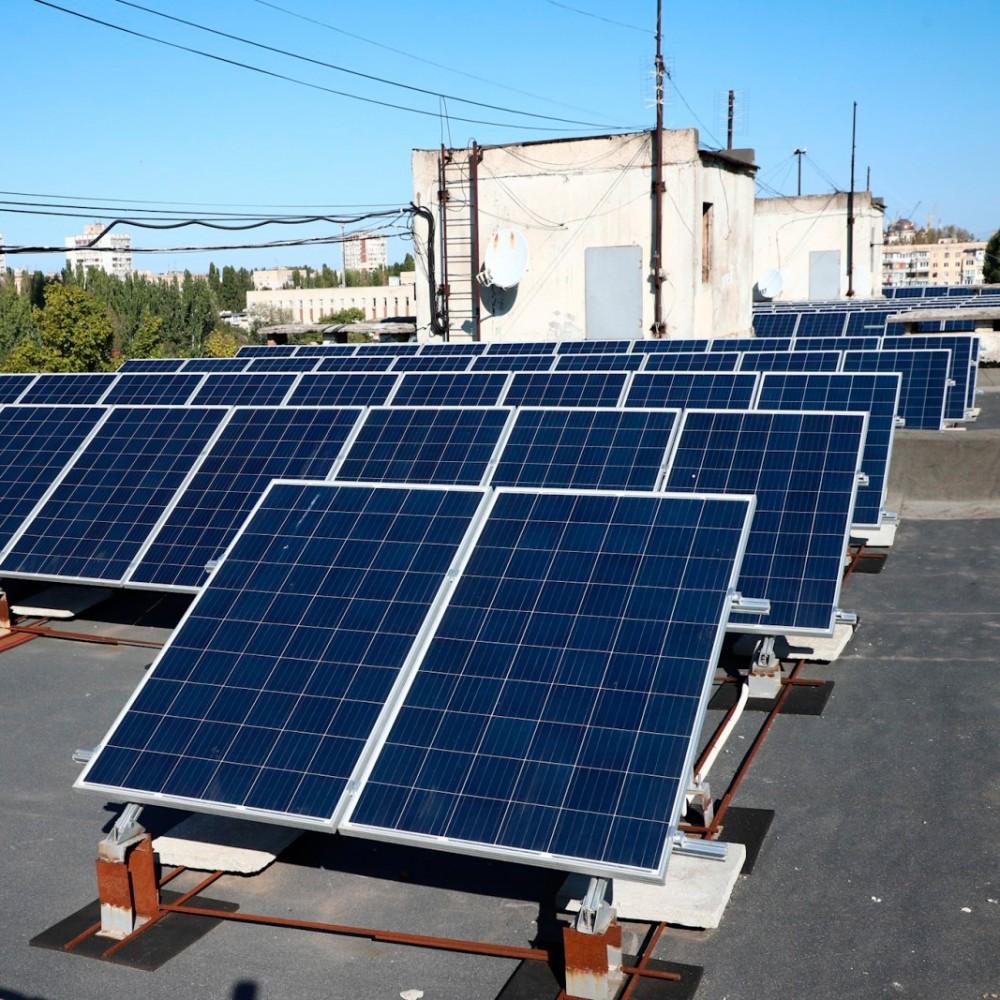 В Одессе установили солнечные панели на крыше многоэтажки // Кто будет зарабатывать на проекте и что получит город