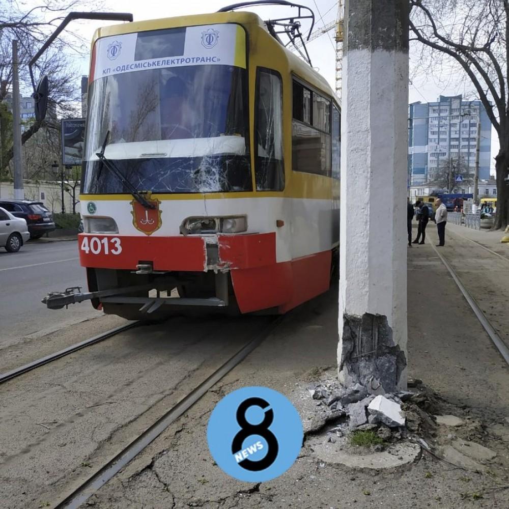 Сошел с пути и врезался в столб // Коммунальщики оперативно восстановили движение 28 трамвая