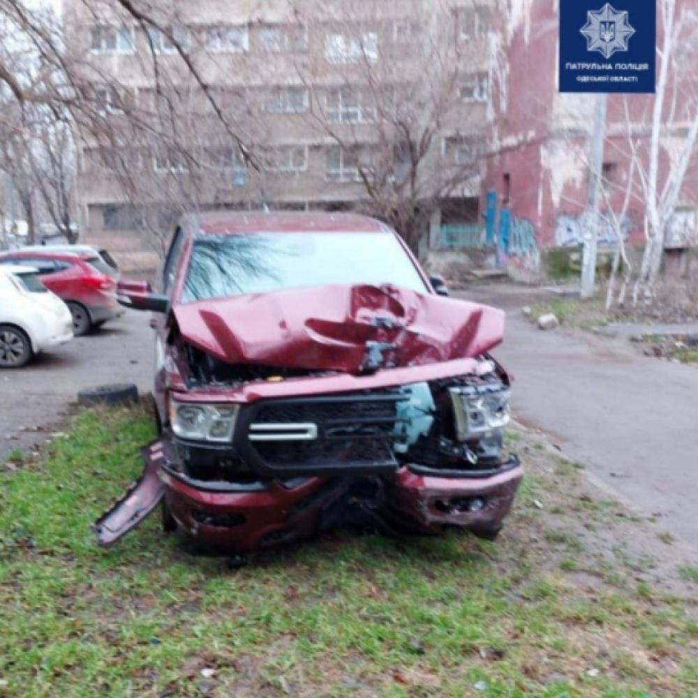 На проспекте Шевченко пикап задел две машины и влетел в остановку