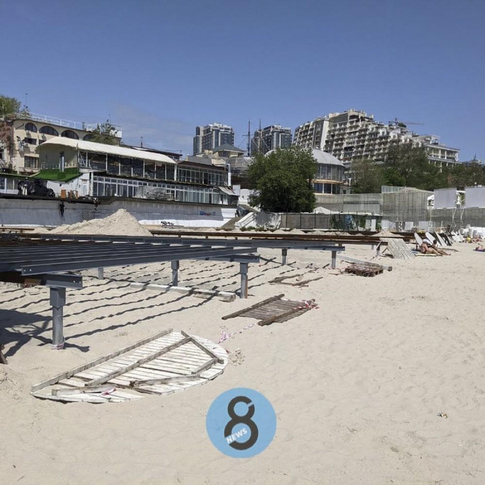 На пляже в Аркадии заканчивают установку настила, который активисты недодемонтировали на выходных