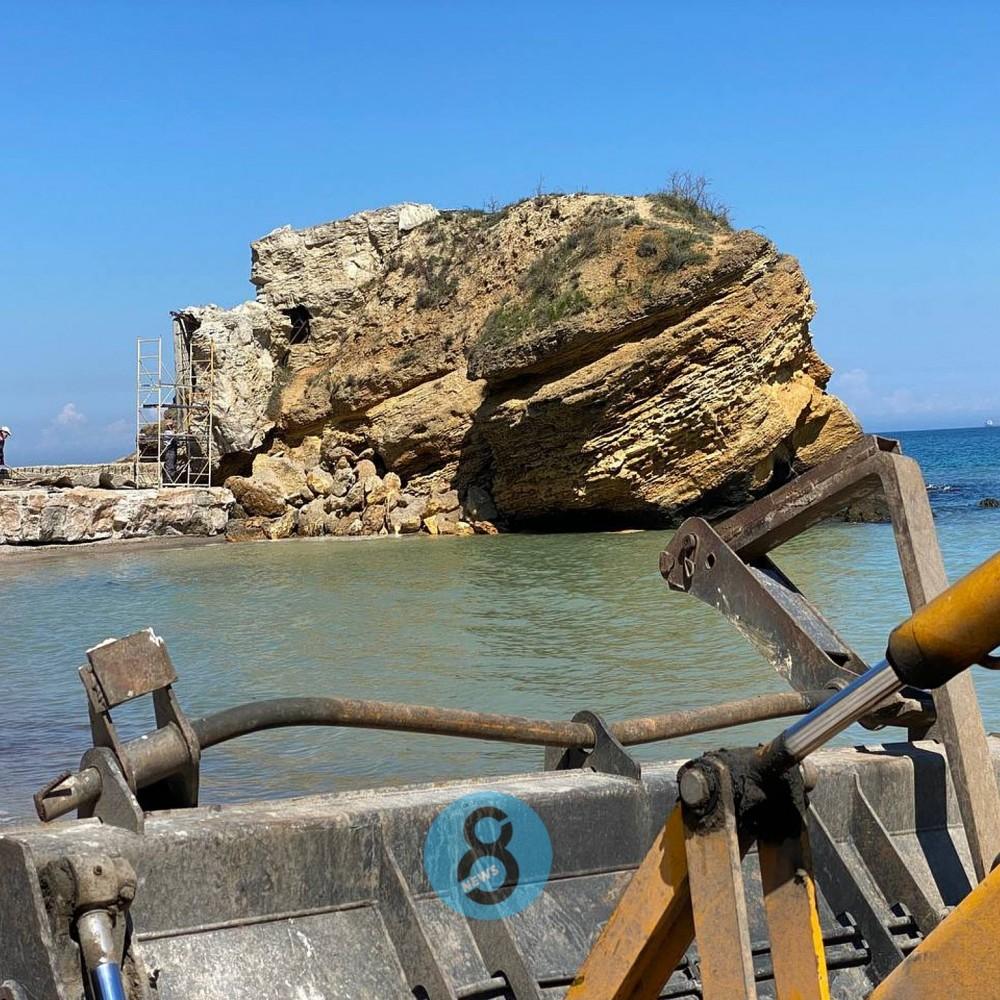 Под видом уборки крушили скалу и строения // Работы на пляжах «Лагуна» и «Чкаловский» велись незаконно