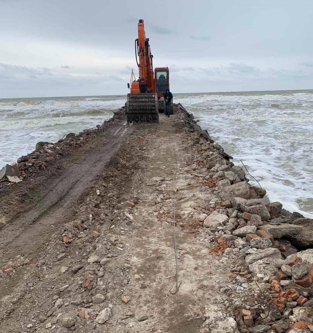 В нацпарке «Тузловские лиманы» фирма засыпает море мусором