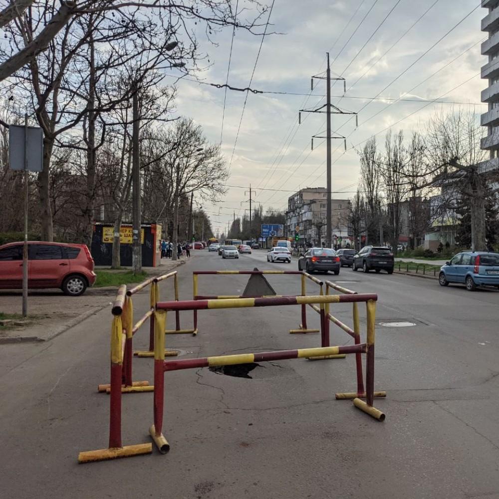 Водителям на заметку // На Космонавтов образовался провал на проезжей части