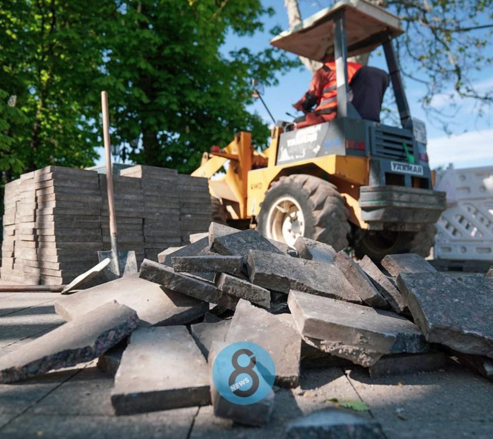 На Приморском бульваре появилась строительная техника // Рабочие демонтируют плитку