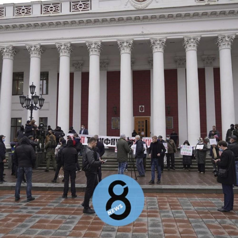 Под шум кастрюль и лозунги митингующих // В Одессе началась сессия горсовета