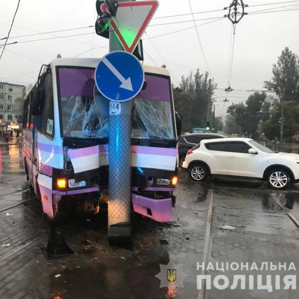 9 пострадавших // На Люстдорфской дороге маршрутка влетела в столб