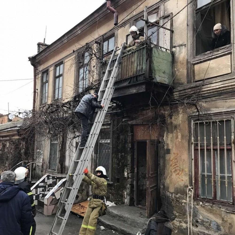 В жилом доме на Польском спуске обрушилась лестничная клетка // Спасатели эвакуировали 4 человек