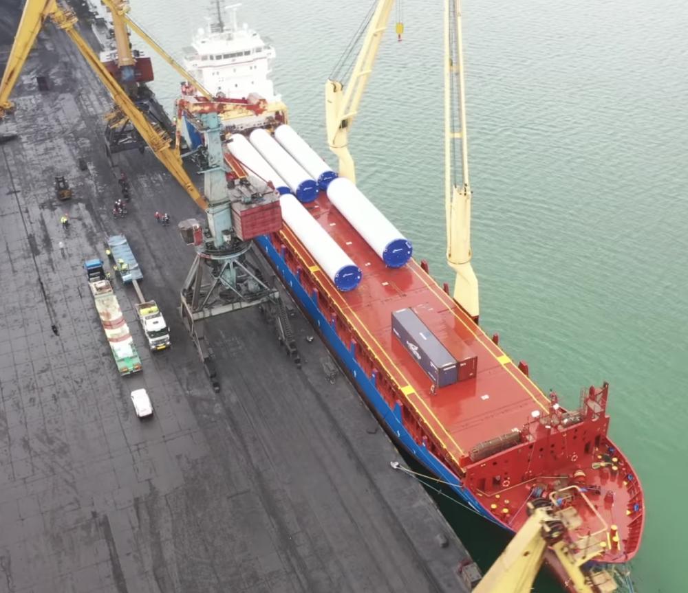 В порт «Южный» доставили огромные ветрогенераторы