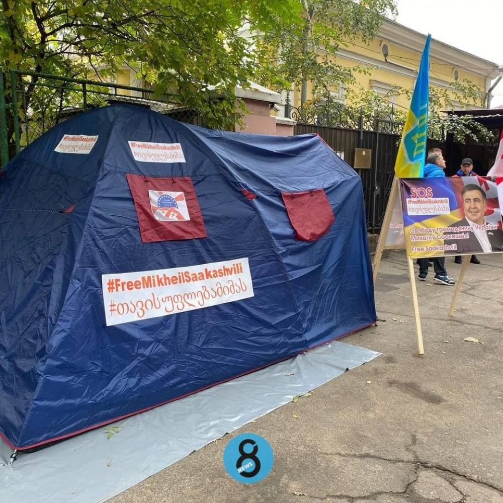 Требуют освободить Саакашвили // Возле Генконсульства Грузии в Одессе установили палатку