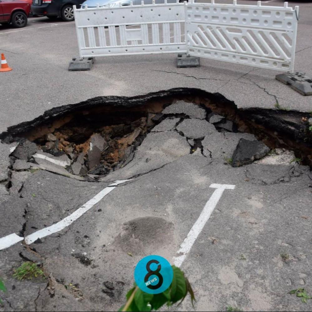 Таможенная площадь уходит под землю // Возле администрации Одесского порта образовался огромный провал