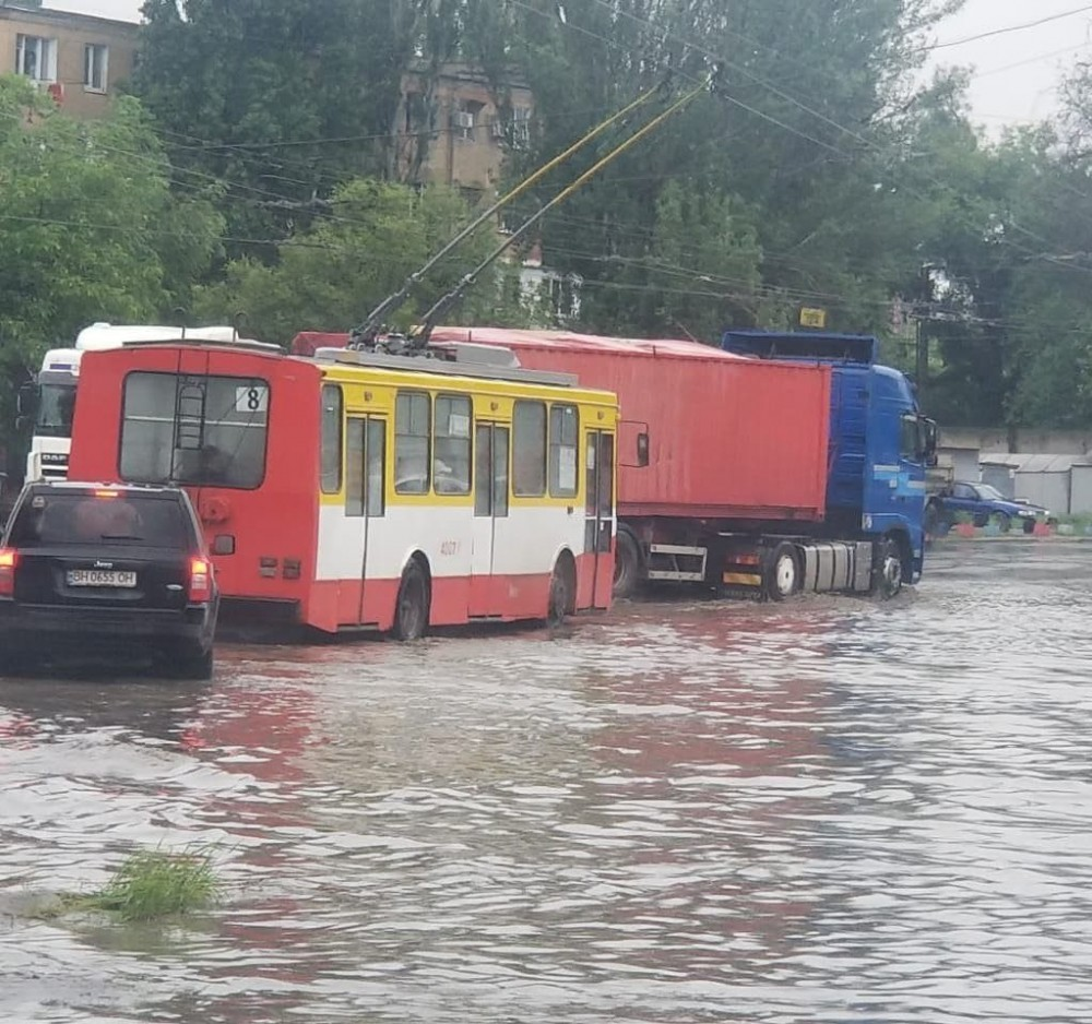 Из-за сильного ливня в Одессе затопило несколько улиц