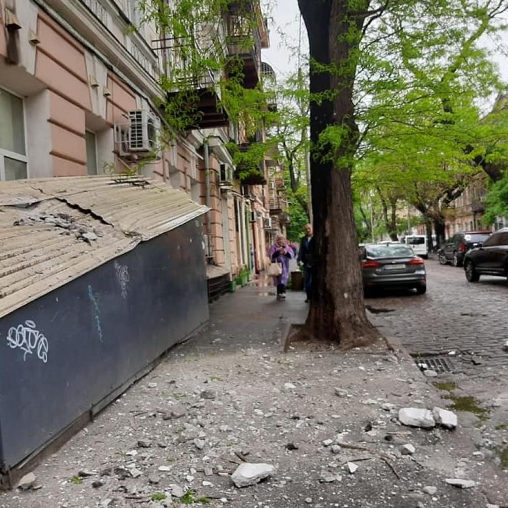 Обрушение фасада в центре Одессы // Пострадали припаркованные автомобили