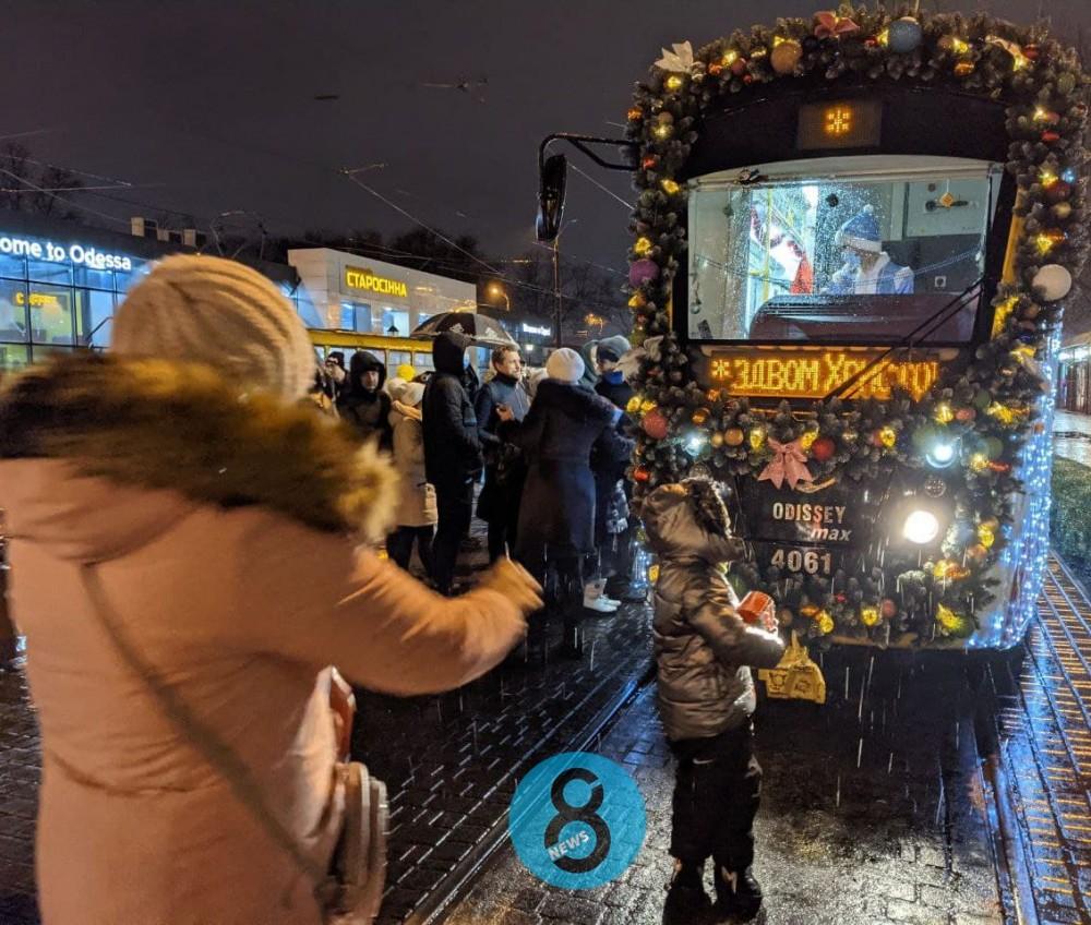 Без пассажиров, но с колядками // В Одессе прошел парад трамваев
