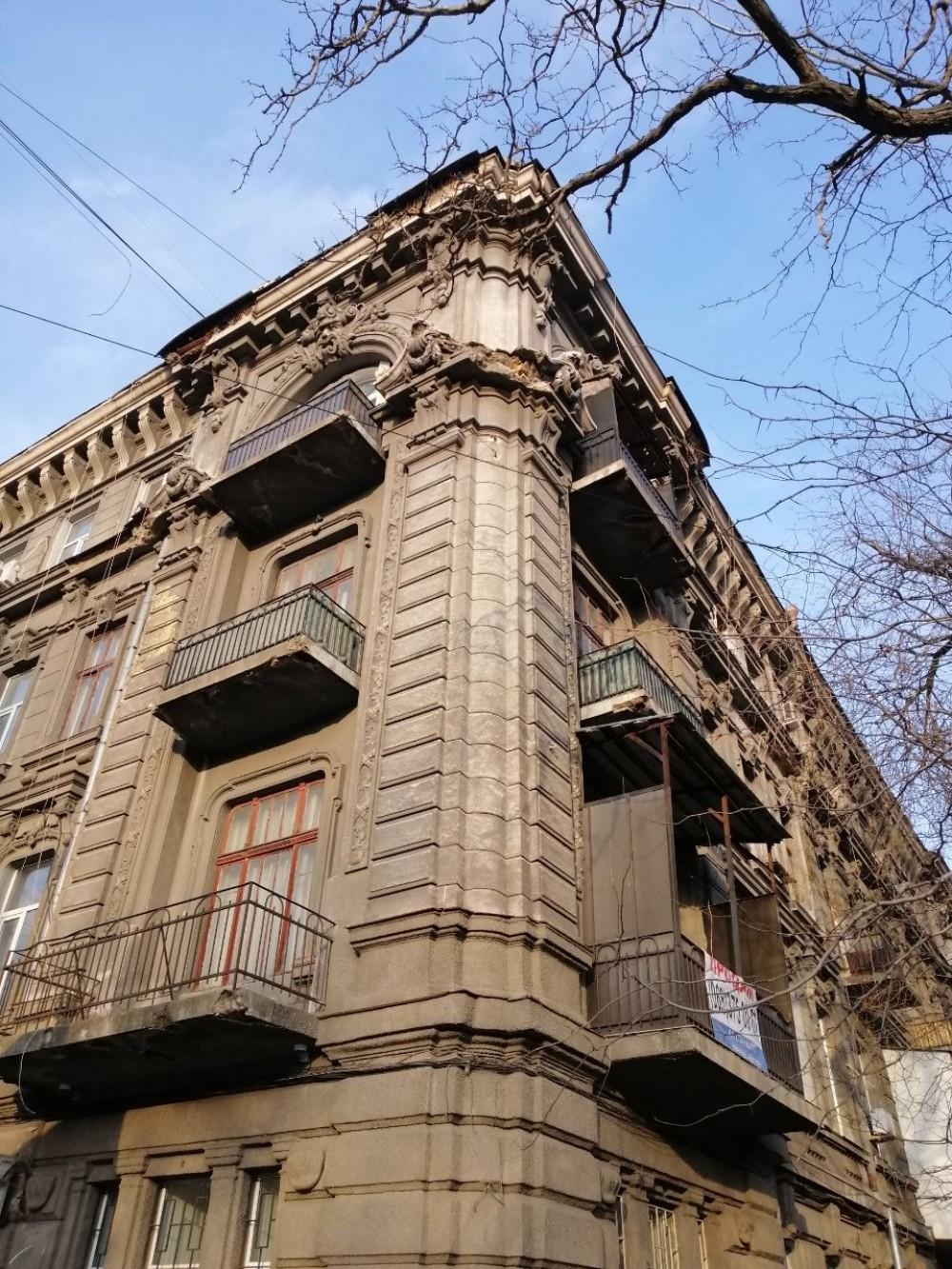Без пострадавших // На Успенской, 26 с памятника архитектуры обвалился кусок фасада