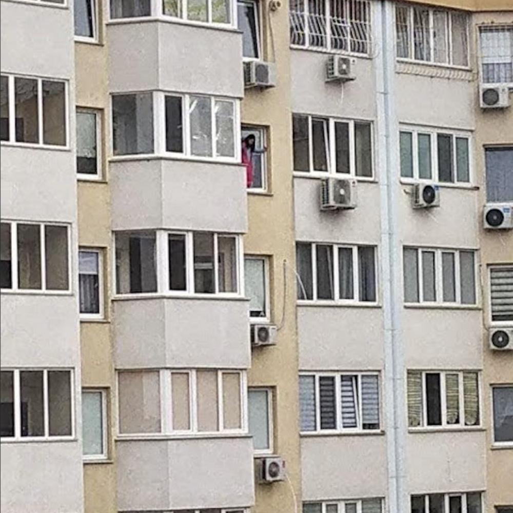 В ЖК «Радужный» 10-летняя девочка чуть не выпрыгнула из окна, выполняя условия онлайн-игры