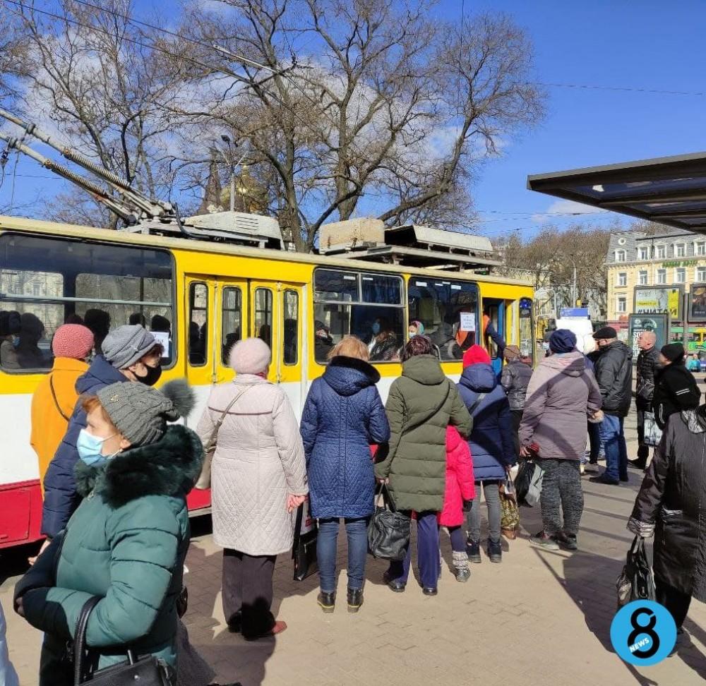 С карантинными ограничениями красной зоны в Одессу вернулся транспортный коллапс