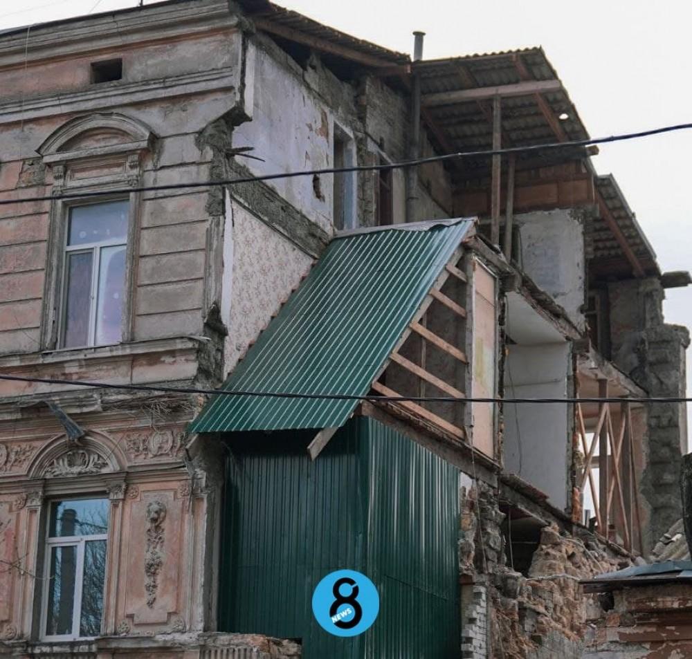 Профнастил вместо рухнувшей стены // На Нежинской законсервировали памятник архитектуры