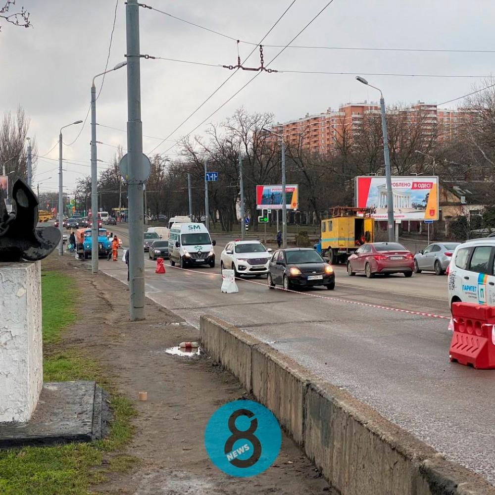 На Ивановском мосту закрыли две полосы // Фуры и маршрутки продолжают ездить, несмотря на запрет
