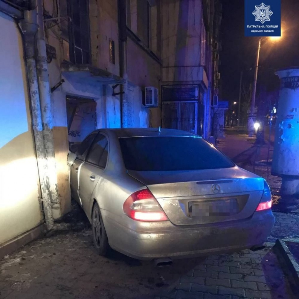 Пьяный водитель влетел в парадную дома // Никто не пострадал
